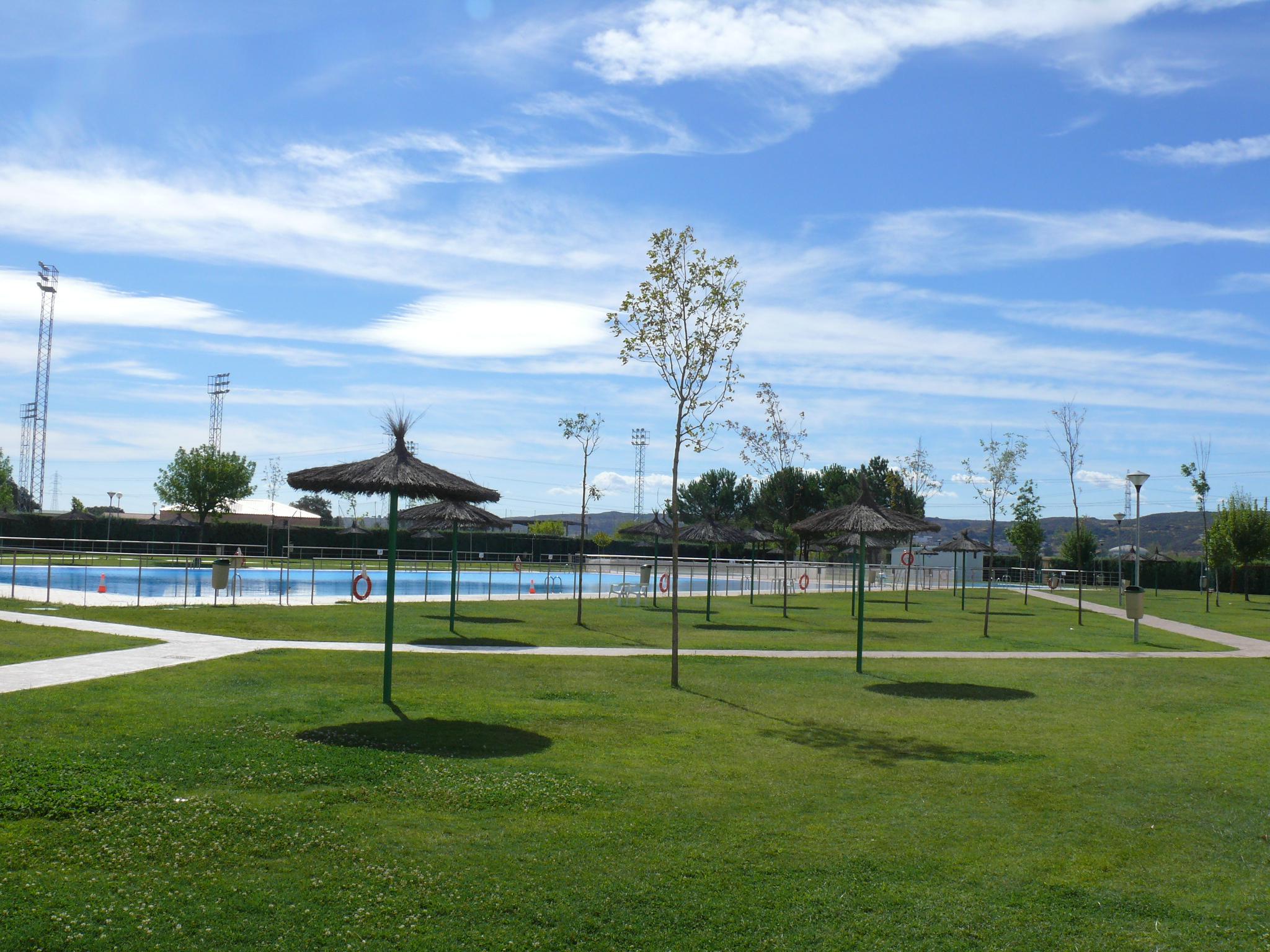 La piscina inicia el viernes la temporada con la for Piscina municipal caceres