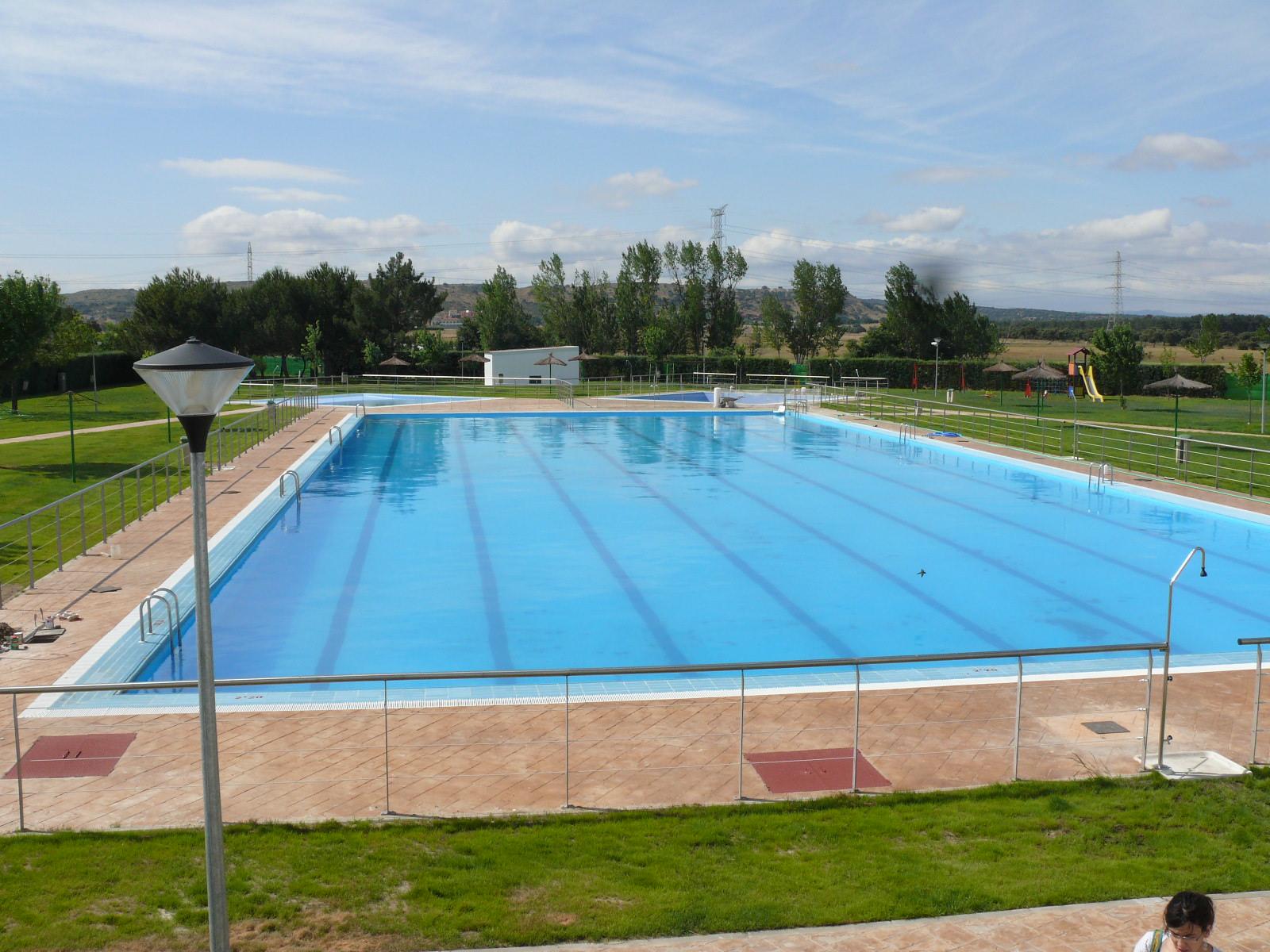 El viernes se abre al p blico la piscina municipal for Piscina municipal caceres